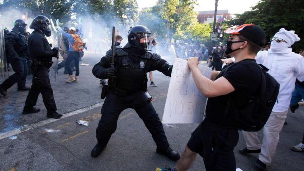 Agentes usaram gás para dispersar manifestantes no trajeto que Trump pretendia fazer