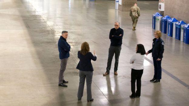 El gobernador de Washington, Jay Inslee, en el centro con los brazos cruzados, junto a otras autoridades del estado en Seattle