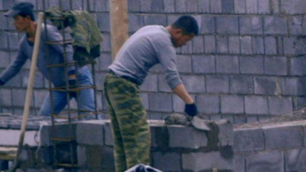 Trabalhadores norte-coreanos trabalham mais horas que os poloneses; embaixada da Coreia do Norte na Polônia diz que legislação é cumprida e nega acusações. Fotografia: Reprodução/BBC Brasil