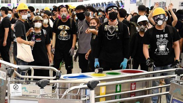 示威者阻碍乘客登机,令许多旅客滞留机场。
