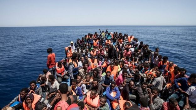 لاجئين في قارب مزدحم