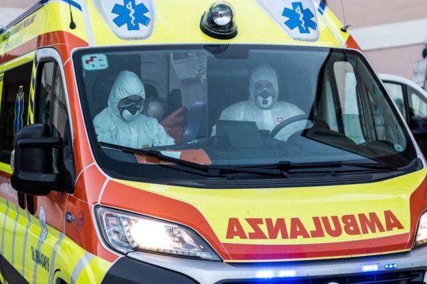 Médicos en ambulancia en Italia