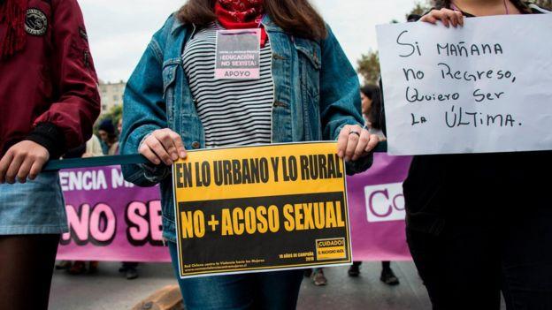 """Letreros que dicen """"En lo urbano y en lo rural no más acoso sexual"""" y """"Si mañana no regreso, quiero ser la última""""."""