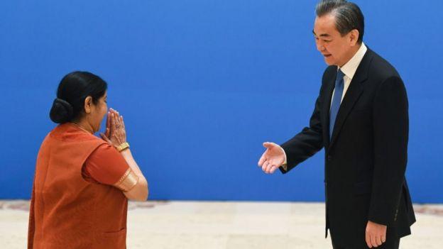 印度外交部長蘇斯馬•斯瓦拉傑(Sushma Swaraj)和中國外交部長、新上任的國務委員王毅