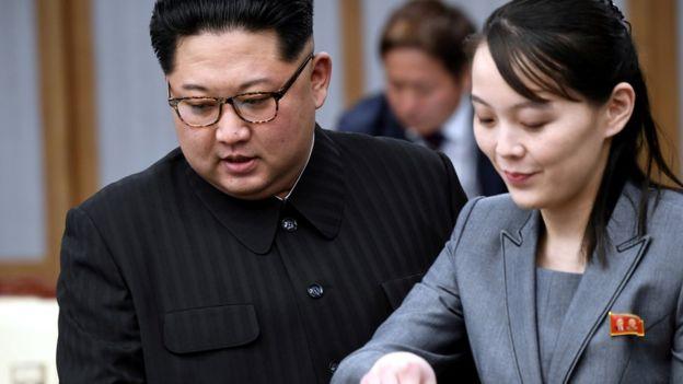 O líder norte-coreano Kim Jong Un e sua irmã Kim Yo Jong participam de uma reunião com o presidente sul-coreano Moon Jae-in na Casa da Paz na aldeia de trégua de Panmunjom dentro da zona desmilitarizada que separa as duas Coréias, Coreia do Sul, 27 de abril de 2018