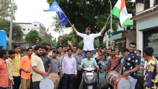 Perayaan di Gujarat atas dicabutnya status khusus Kashmir.