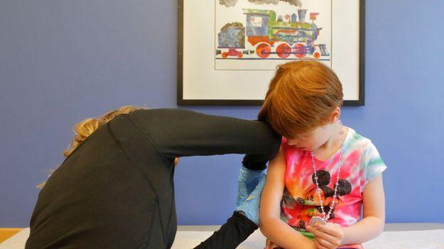 Một cô bé 5 tuổi được tiêm vaccine thủy đậu