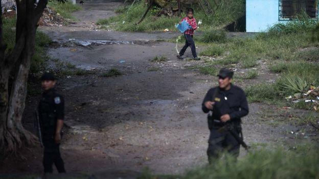 Policía patrullando una comunidad