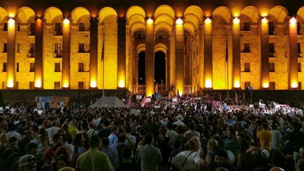 С чего все началось? Протестующие в Тбилиси штурмуют парламент