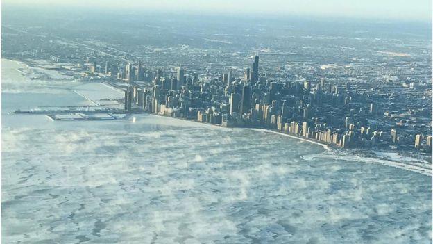 در شیکاگو سرما و یخبندان چهره شهر را همچون کارتونهای هالیوودی منجمد کرده است