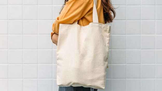 Mujer con una bolsa de algodón