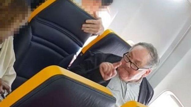 Hombre ataca con insultos racistas a una mujer negra en un vuelo de Ryanair