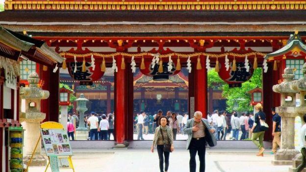 Dos personas en una calle limpia de Japón