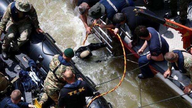 救援人員在布達佩斯尋找多瑙河遊船事故的屍體和倖存者