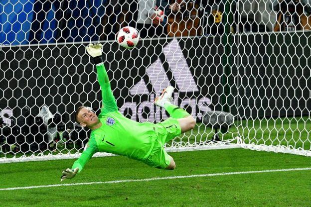 Pickford detiene el penalti de Bacca que a la postre fue decisivo para el triunfo de Inglaterra.