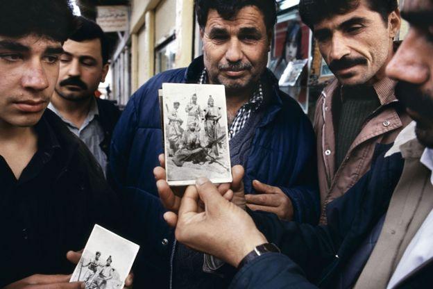 No norte do Iraque, Jamal Keder Osman mostra uma foto dele como soldado da rebelião curda de 1963 (Curdistão, 1991)