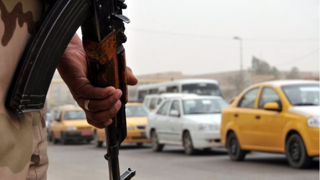 Hombre con metralleta en Bagdad