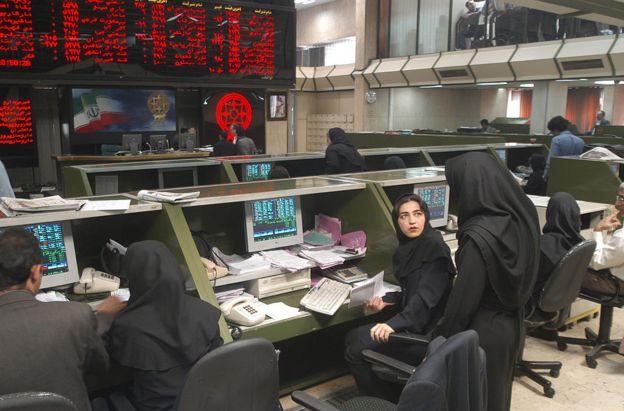 ارزش معاملات بورس اوراق بهادار تهران امروز به ۹۲۰ میلیارد تومان رسید؛ این رقم دیروز ۱۱۰۹ میلیارد تومان بود