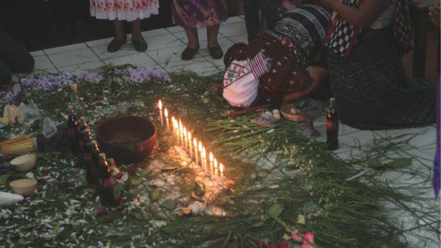 Ceremonia religiosa con la Coca-Cola como ofrenda