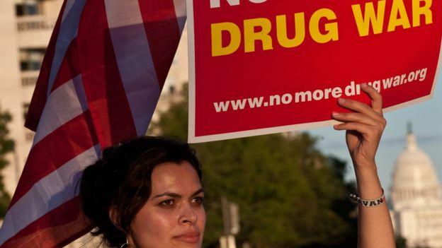 Una mujer protesta en Washington contra la guerra contra las drogas.