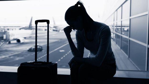 Una joven en un aeropuerto