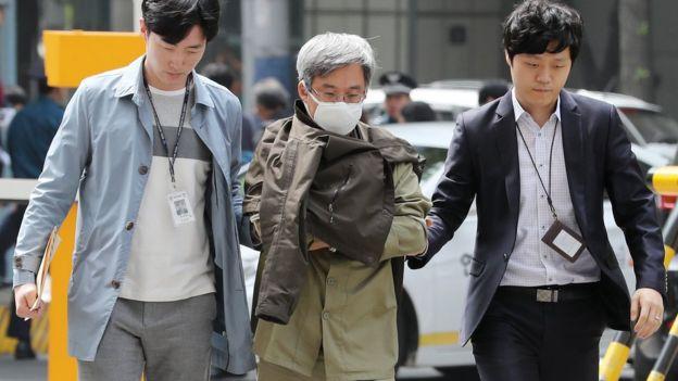 지난 11일 '드루킹' 김 씨가 댓글조작 관련 혐의 조사를 위해 사이버범죄수사대로 압송되고 있다