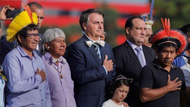 Bolsonaro con indígeas