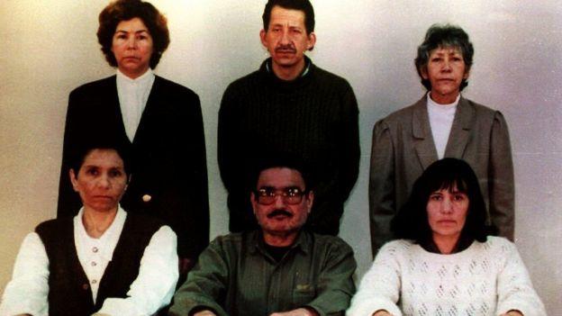 El 30 de octubre de 1993 el gobierno peruano publicó esta foto con líderes de Sendero Luminoso encarcelados: (parados, de izquierda a derecha) Angélica Salas, Osman Morote y Martha Huatay; (sentados de izquierda a derecha) Elena Iparraguirre, Abimael Guzmán y María Pantoja. (Foto: Palacio de Gobierno de Perú/AFP/Getty Images)