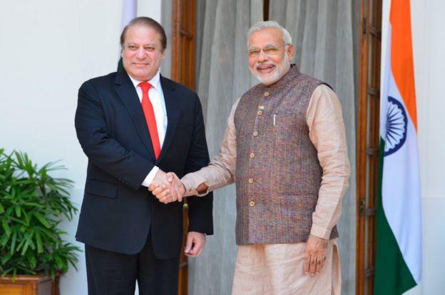 رئيسا الوزراء الباكستاني والهندي ، نواز شريف و نارندرا مودي بعد مراسم أداء اليمين الدستورية لحكومة التجمع الوطني الديمقراطي في 27 مايو /أيار، 2014 في نيودلهي