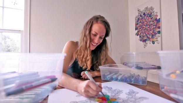 Amy Jones coloreando