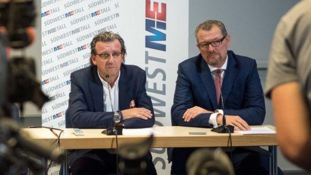 Los representantes de los empleadores Stefan Wolf (izq.) por Südwestmetall, y Rainer Dulger por Gesamtmetall.