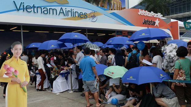 Nhiều người xếp hàng mua vé máy bay Vietnam Airlines trong một dịp giảm giá hồi tháng 4/2016