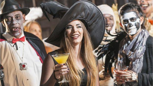 Pessoas fantasiadas para festa de Halloween, ou Dia das Bruxas