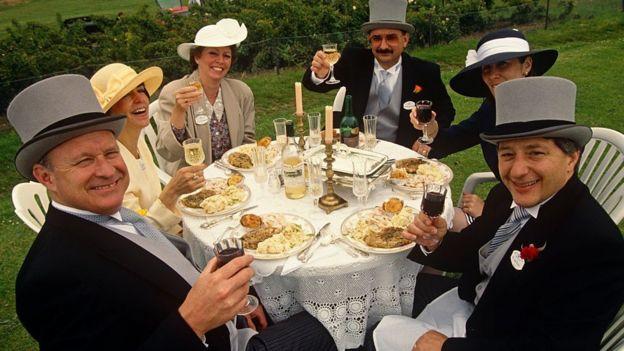 Grupo de personas almorzando juntas en Inglaterra.