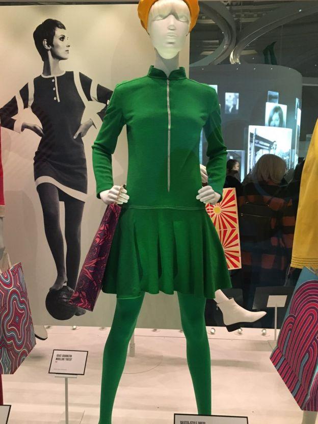 платье и колготки в тон на манекене
