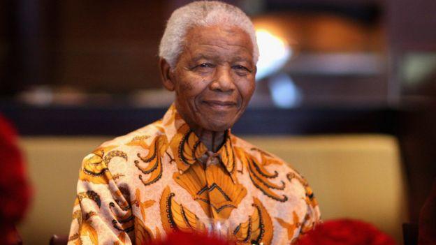 Нельсон Мандела 3-жылы 2009-апрелде Кейптаун шаарында (Түштүк Африка Республикасы) Мандела балдар фондусунун пайдасына түшкү тамакта күлүп жатат
