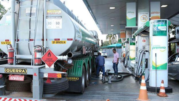 Caminhão abastece em posto de gasolina