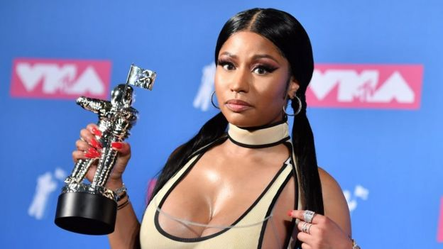 Nicki Minaj akibeba tuzo aliyoshinda