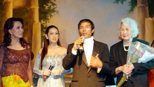 """Từ phải qua: Danh ca Thái Thanh, nhạc sĩ Ngô Tín, Ý Lan và bà Đặng Tuyết Mai, trong đêm ra mắt CD """"Em bây giờ mắt biếc"""" của Ngô Tín năm 2007 tại Vũ trường Majestic."""