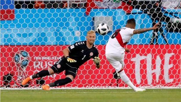 Cueva falla el penalti contra Dinamarca.