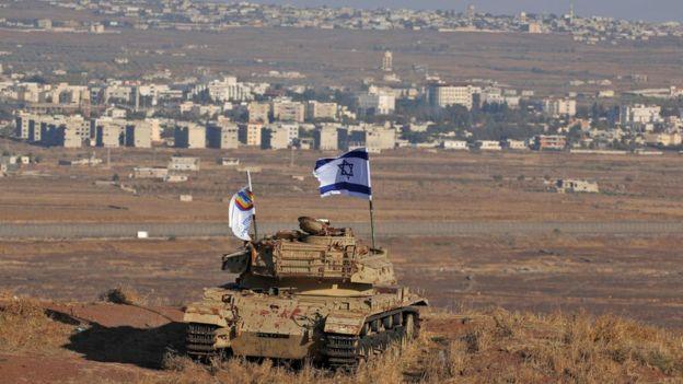 Foto de 2017 mostra uma bandeira de Israel sobre tanque nas Colinas de Golã, com vista para a fronteira com a Síria; Brasil alterou posicionamento histórico sobre disputa