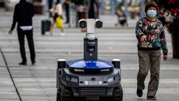 2020年3月警察治安�C器人执勤