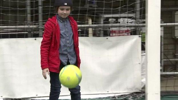 Laurent Simons jogando futebol