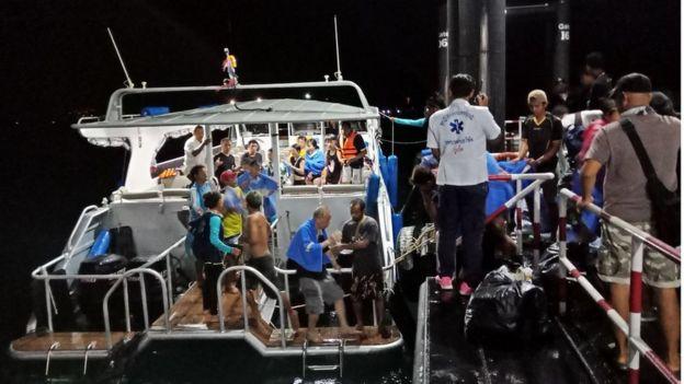 หน่วยกู้ภัยเร่งช่วยเหลือนักท่องเที่ยวที่ประสบอุบัติเหตุเรือล่มกลางภูเก็ต เมื่อ 5 ก.ค.
