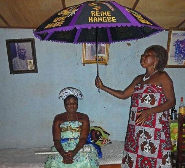 Reina Hangbe bajo su sombrilla.