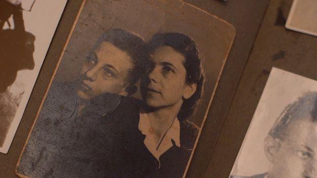 Andor em foto com sua mãe