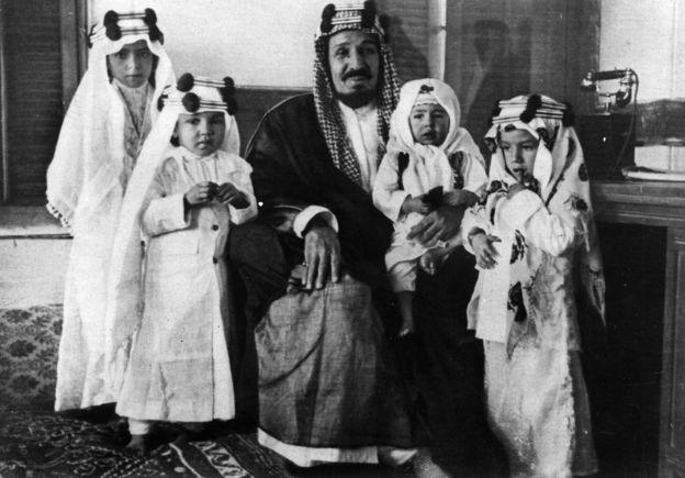 ملک عبدالعزیز و چهار فرزندش ١٩٣۵