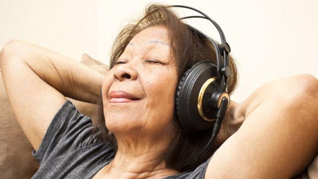 Una mujer se relaja escuchando música con audífonos