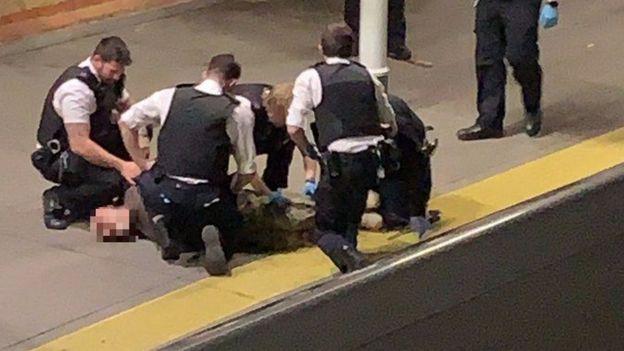 الشرطة البريطانية تعتقل شخصا يحمل