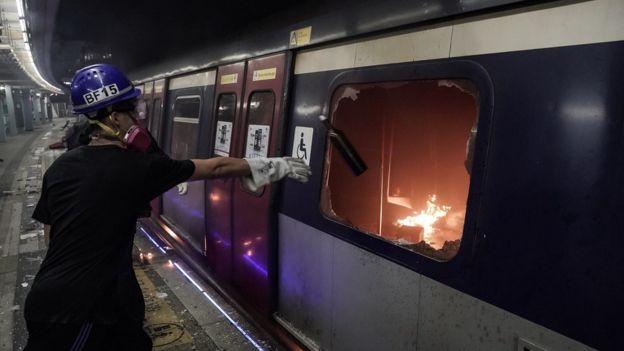 示威者投擲汽油彈進入地鐵車廂。